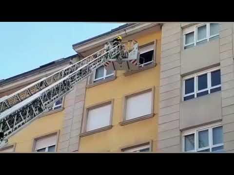 Los bomberos intervienen en un incendio en la Rúa Bidueiro