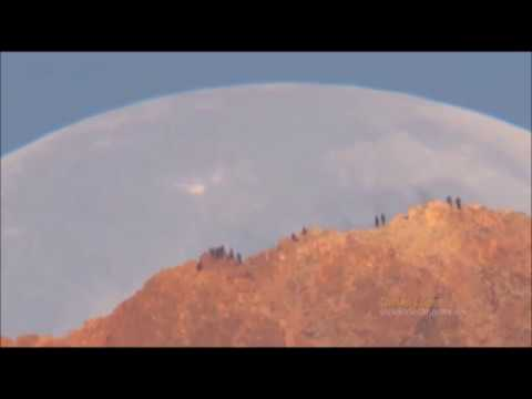 Луна падает на Землю. Огромную Луну сняли на видео. 1 апреля 2019 года Луна упадет на Землю.