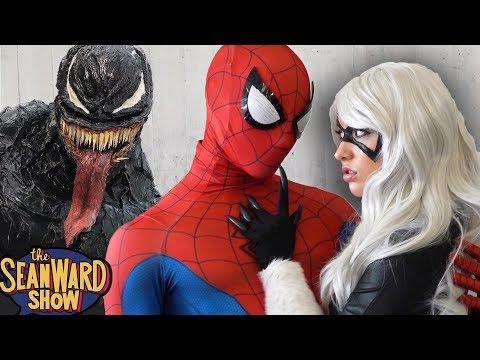 SPIDER-MAN Vs VENOM: Epic Cosplay Battle At Comic Con! SPIDER-VERSE