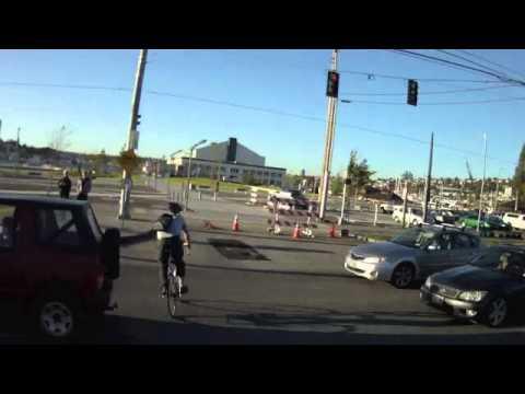 רוכב אופניים נפגע בתאונה ולא נופל אפילו