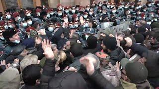 Լարված իրավիճակ կառավարության մոտ․ հրմշտոց սկսվեց քաղաքացիների և ոստիկանների միջև