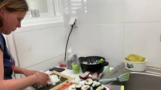 Учим Юлю с канала»Ванильная семья»готовить суши