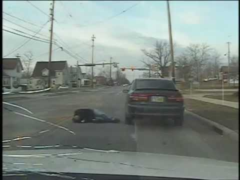 Чувак стреляет в полицескую машину.США .Огайо