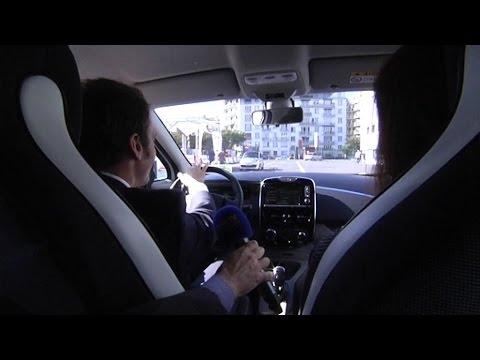DOCUMENT BFMTV - Emmanuel Macron essaie une Renault ZOE