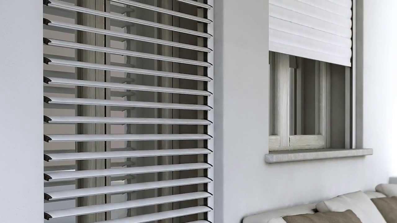 Avvolta, chiusa, a lamelle aperte.dotata di lamelle frangisole in alluminio, orienta permette di filtrare aria e luce anche quando l'avvolgibile è abbassato. Piu Che Una Tapparella Orientabile Una Persiana Avvolgibile Youtube