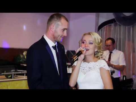 Невеста на свадьбе поет песню жениху