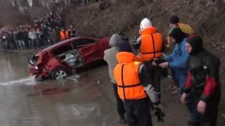 Упавший с моста в реку Протока автомобиль «Kia Sportage» достали