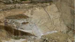 万成石 採石の大発破