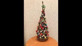 Christmas tree made of twigs. Рождественская елка из веток. Árbol de navidad hecho de ramitas.