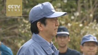 Shinzo Abe visits Kumamoto nine days after deadly quake