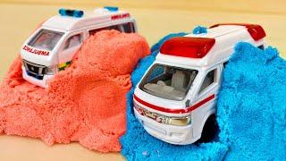救急車がキネキックサンドで違う働く車(はたらくくるま)に変身するよ!消防車 ショベルカー フォークリフト 路線バス トミカトラックに積もう!Ambulance transforms