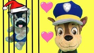 Aprende con juguetes Paw patrol y Chase a adoptar cachorro de patrulla canina. Papá Noel en Navidad