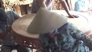 Đồ Gỗ Đức Hiền  đang làm phẳng mặt bàn ăn gỗ hương, 25-9-2016.