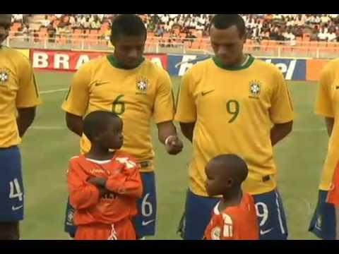 Menino rouba a cena no amistoso entre Brasil x Tanzania