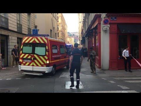 AFP: Explosion à Lyon: les pompiers évacuent les blessés