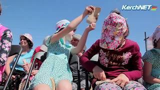 Живая история: юным керчанам рассказали, как делали оружие первобытные люди