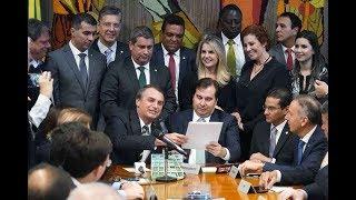 Jair Bolsonaro entrega projeto que dobra limite de pontos e de validade da CNH.