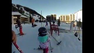 Petite descente en ski enfant de 3 ans