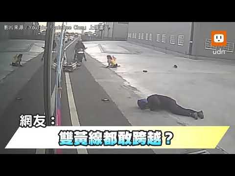網友批「是在哈囉?」橫切馬路不看車 2騎士撞飛