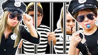 Heloísa e Mamãe em uma historia engraça de policial para criança