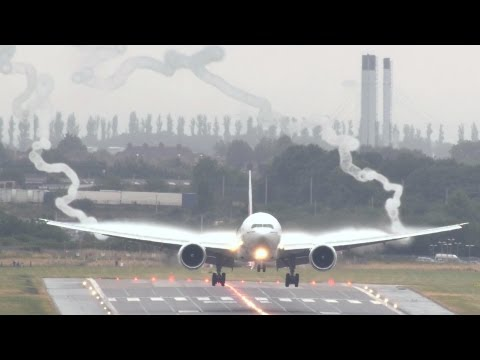 Emirates 777 wake vortex spectacular!