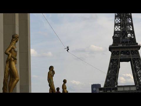 شاهد: مغامر يسير وسط باريس على حبل مشدود طوله 600 متر ويرتفع عن الأرض 70 مترا…