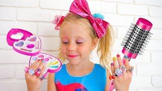 ستايسي هي خلع الملابس واللعب مع ماكياج الطفل.