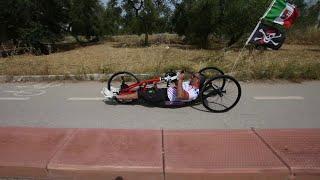 Nicola, l'atleta paraolimpico sfreccia sulle piste ciclabili di Bari: