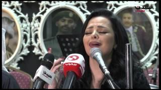 ديانا كرزون تغني خلال مؤتمرها الصحفي في الكويت