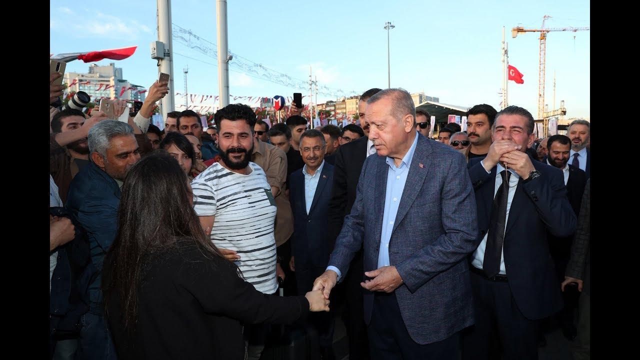 Cumhurbaşkanı Erdoğan İstiklal Caddesi'nde yürüdü, nostaljik tramvaya bindi