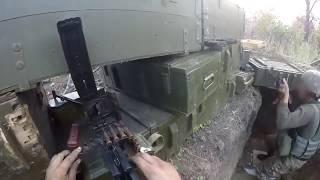 Berada di medan perang asli dan melakukan baku tembak asli