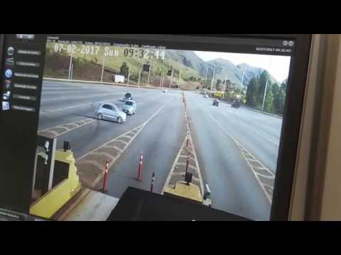 Motorista faz retorno antes de pedágio e depois bate de frente em caminhão