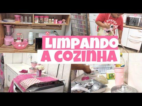 Limpeza noturna na cozinha rosa   Ju Carvalho