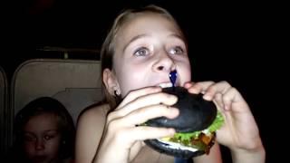 Пробуем Чёрный бургер, синий бургер, зелёный бургер и красный бургер.