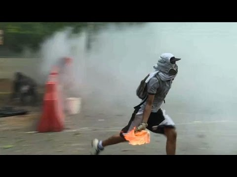 Venezuela: clashes as protests rage on in Caracas