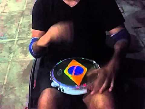 Tetraplégico tocando pandeiro