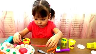 Видео для детей. Малышка Нелли играет с Мистер Зубастик Плей До. Лепит из пластилин Play Doh!