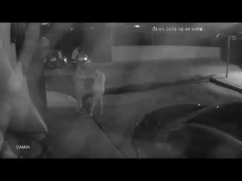 Cámara capta el momento en que dos policías agreden un joven en Castillo