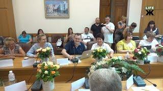 На виконкомі Руслан Годований перепросив у жінок за емоційну гендерну дискусію та подарував їм квіти