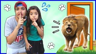 ANNY FINGE BRINCAR DE FUGIR DE ANIMAIS COM O SEU IRMÃO / Pretend Play to run away from the lion