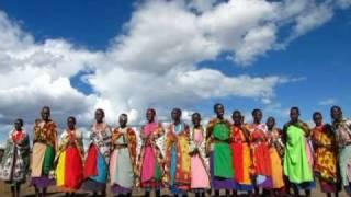 2010年5月。ケニアのマサイ族の村です。マサイの女性達が歌で歓迎...