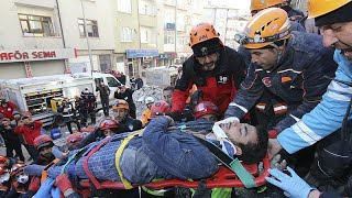 Rescatan a 45 personas de un seísmo que ha dejado al menos 35 muertos en Turquía