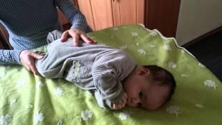 видео Як навчити дитину перевертатися