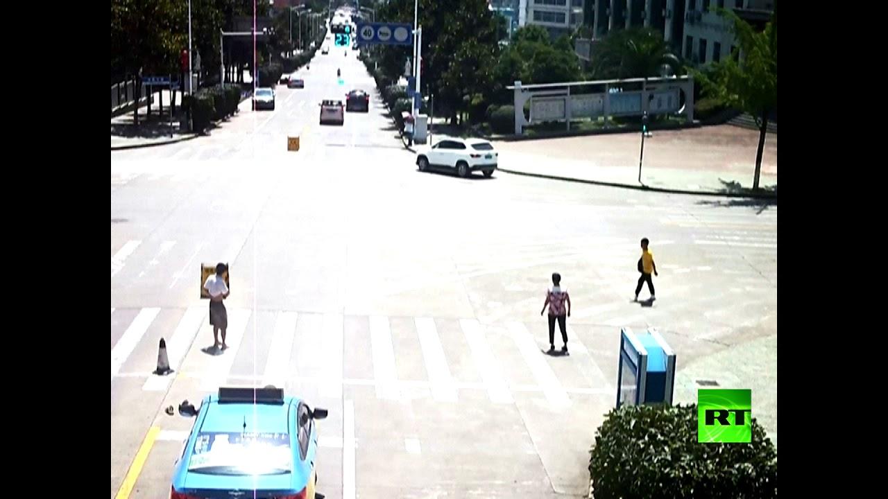 شاهد: صيني ينجح في إيقاف سيارة تسير بدون سائق
