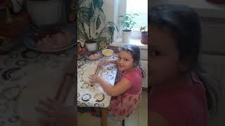 София готовит пиццу. Как готовить пиццу.