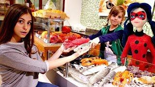 Леді Баг і Квін Бі прийшли в магазин - Граємо в супермаркет для дітей.