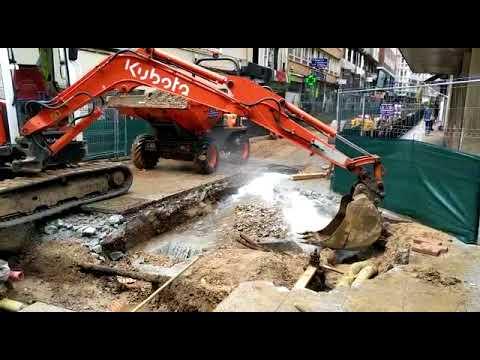 Rompen una tubería en la calle Miguel Artigas de Santander y la taponan con la excavadora