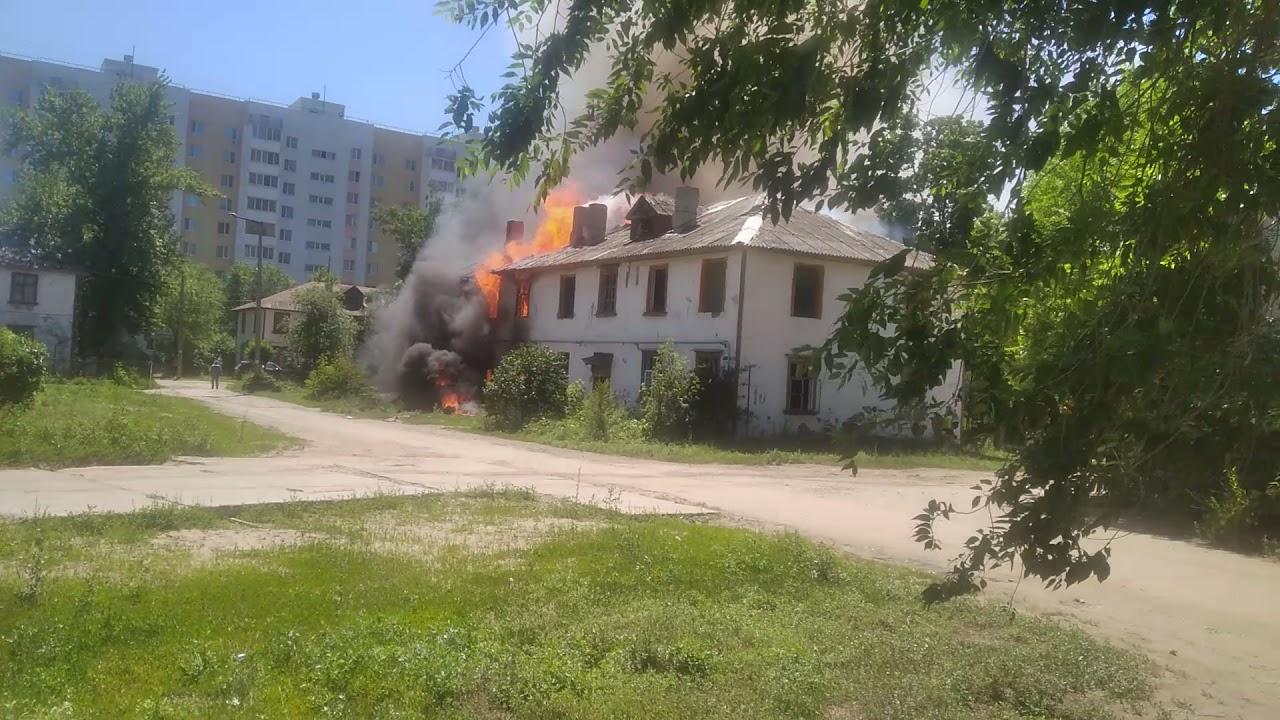 В Балакове горит двухэтажный барак