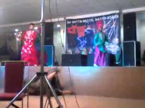 Famous Punjabi singer falls from the Stage - Funny Movements