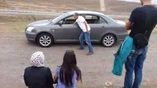 araba yokus yukari gidiyor.Erzurum'da